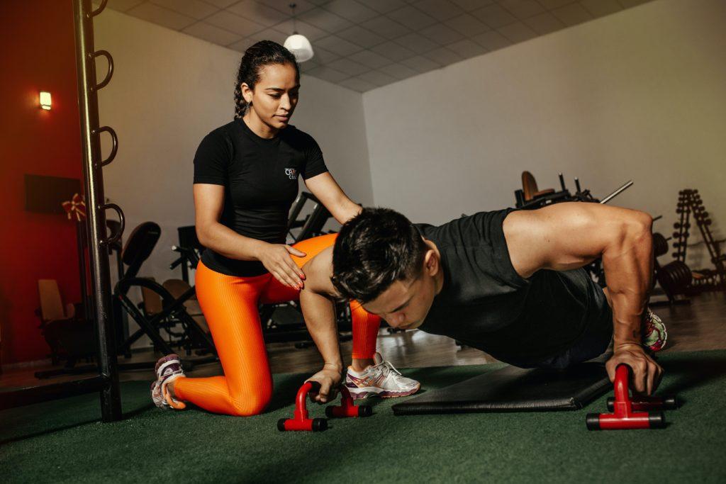 Een personal trainer kan je helpen om sneller je doelen te breieken
